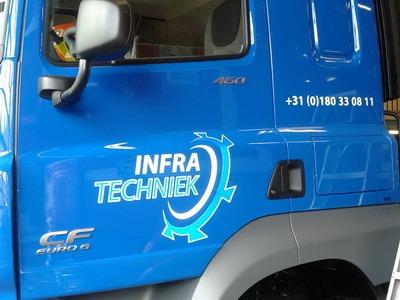 logo op vrachtwagen cabine