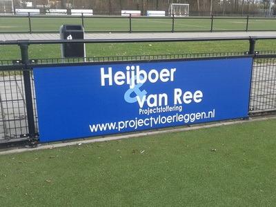 sponsorbord bij voetbalveld