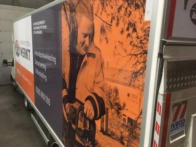 vrachtwagen met print van voorne putten werkt
