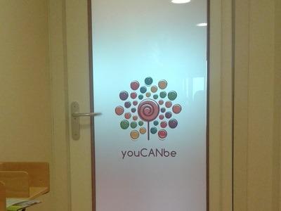 youCANbe logo op deur
