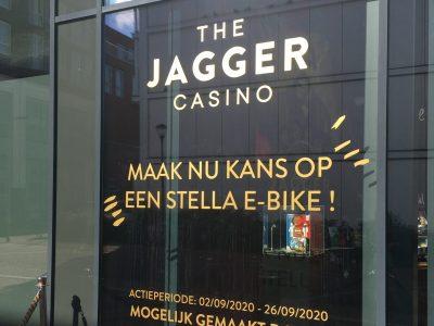 Belettering op raam van Jagger Casino voor winaktie van Stelle E-bike