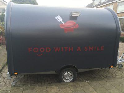 Belettering op een foodtruck voor Food With A Smile